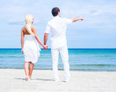 Loving couple on  tropical summer beach — Stock Photo