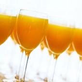 白で新鮮なオレンジ ジュース — ストック写真