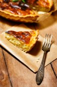 Appetizing tart served with fresh herbs — Stock Photo