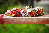 Flower wreath decoration with wedding rings — Stock Photo