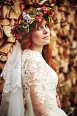 Piękne czerwone włosy panny młodej z kwiatami — Zdjęcie stockowe