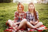 Two Young Laughing Hipster Women Laughing — Stock Photo