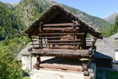 Old barn chalet at Mogno on Maggia valley — Stock Photo