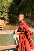 Young monk at the weekly market at Indein on Inle Lake in Myanma — Stock Photo
