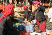 People on traditional clothes at the weekly market at Indein — Stock Photo