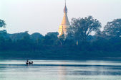 Pagoda budista en el río Ayeyarwady cerca de Mandalay — Foto de Stock