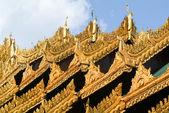 Złote dachy Shwedagon Pagoda w Yangon — Zdjęcie stockowe