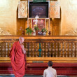 People praying at Mahamuni Buddha temple in Mandalay, Myanmar — Stock Photo #58800937