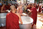 монахи подряд в mahagandayon монастыре — Стоковое фото