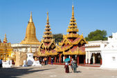 Tourists in front of Shwezigon pagoda — Stock Photo