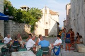 People sitting on a bar of Korcula — Stok fotoğraf
