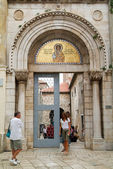 People at the entrance door of the Euphrasian Basilica on Porec — Stock Photo