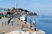 People on boats in front of Rovinj on Croatia — Stock Photo