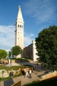 Tousists walking in front of Sant Eufemia Cathedral at Rovinj — Stock Photo