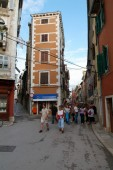People walking in the narrow alley of Rovinj — Stock Photo