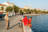People walking in front of the sea front at Split — Stock Photo