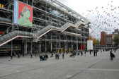 Persone che camminano davanti al Centre Georges Pompidou — Foto Stock