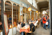 People eating and drinking in a street restaurant of Paris — Stockfoto