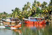 Fishing boat on the river near Kollam on Kerala backwaters — Stock Photo