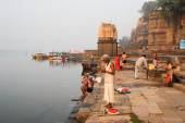 People washing themselves on sacred river Narmada at Maheshwar — Stock Photo