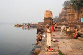 People washing themselves on sacred river Narmada at Maheshwar — Stock Photo
