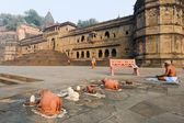 People doing yoga and meditation in front of Maheshwar palace — Стоковое фото