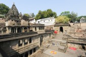 People walking in front of Maheshwar palace on India — Stock Photo