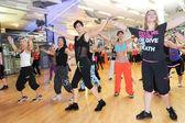 İnsanlar sırasında eğitim fitness Zumba dans — Stok fotoğraf