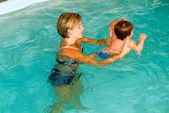 Vroege ontwikkeling zwemmen onderwijs klasse voor zuigelingen — Stockfoto