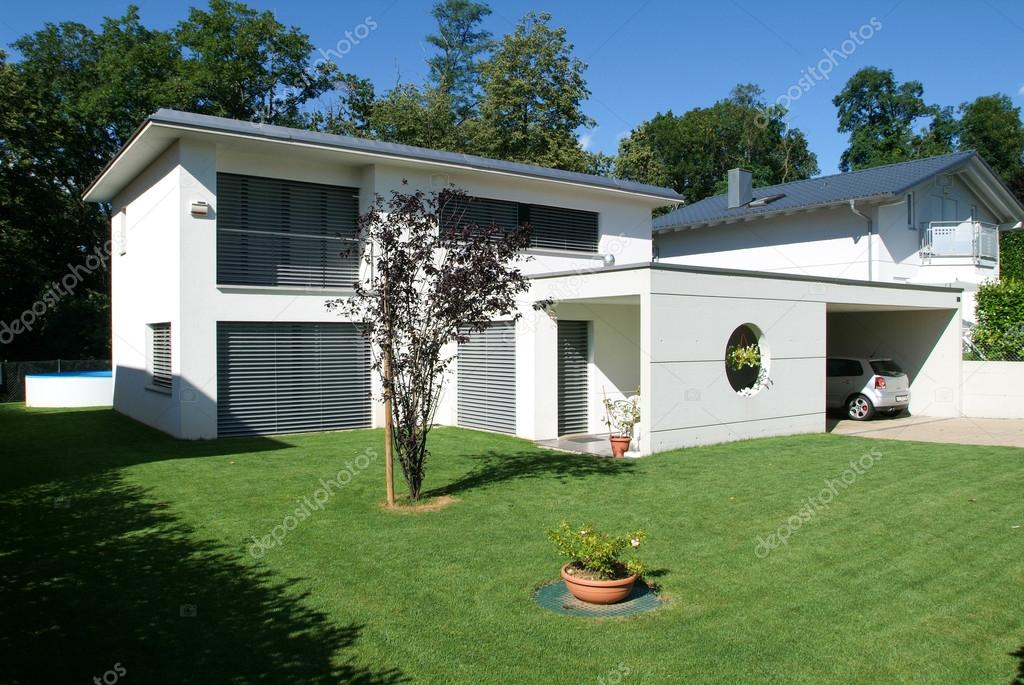 Maison moderne avec jardin photo ditoriale 89512206 - Maison moderne avec jardin saint paul ...