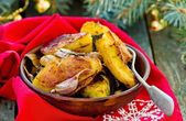 The potato baked by segments with herbs and garlicwith a Christmas decor.  — 图库照片