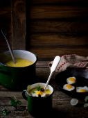 Potato soup - mashed potatoes with fried eggs — Stock Photo
