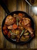 Kurczak z pieczarkami i warzywami, duszona w winie. — Zdjęcie stockowe