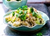 Smażony ryż z wieprzowiny, warzywa i jajka. — Zdjęcie stockowe