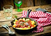 Klopsiki w sosie pomidorowym wirh makaron. — Zdjęcie stockowe