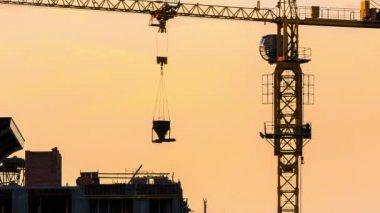 Kranen lyfter betongen på de övre våningarna i ett nytt hem — Stockvideo