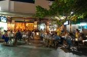 CRETE,HERAKLION-JULY 24: People at the local restaurant on Lions Square on July 24,2014 on the Cete island, Greece. — Stock Photo