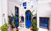 Oia apartments on Santorini island, Greece. — Stock Photo
