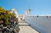 Walking path leading to the Oia windmill on the island of Santorini (Thera). Cyclades islands,Greece. — Stock Photo