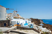 Oia windmills on the island of Santorini (Thira). — Stock Photo