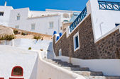 Fira street with whitewashed and blue houses on the island of Thira (Santorini), Greece. — Stock Photo