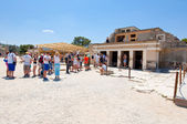 CRETE,GREECE-JULY 21: Tourists at the Knossos palace on July 21,2014 on the Crete island in Greece. Knossos is the largest Bronze Age archaeological site. — Zdjęcie stockowe