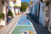 MATALA,CRETE-JULY 22: Matala street and coast on July 22,2014 on the island of Crete, Greece. Matala is a village located 75 km south-west of Heraklion, Crete. — Zdjęcie stockowe