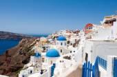 De rand van de caldera met witte huizen op het eiland santorini, griekenland. — Stockfoto