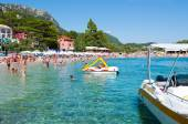 CORFU-AUGUST 26: View of the Palaiokastritsa beach, holidaymakers sunbathing on the beach August 26,2014 on Corfu, Greece. Palaiokastritsa is a village with famous beaches in the North West of Corfu. — Stock Photo