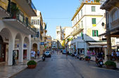 CORFU-AUGUST 27: Kerkyra old town in the midday with the row of souvenirs shops on August 27, 2014 on Corfu island, Greece. — Foto de Stock