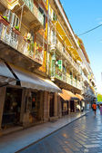 CORFU-AUGUST 27: Kerkyra narrow street in the old town with the row of souvenirs shops on August 27, 2014 on the Corfu island, Greece. — Foto de Stock