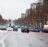 PARIS-JANUARY 10: Traffic on the Avenue des Champs-Élysées in a bad weather on January 10,2013 in Paris. — Stock Photo