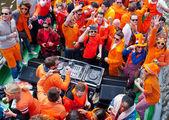 Amsterdam, Paesi Bassi-27 aprile: La gente in vestiti arancione durante la giornata del re su una barca aprile 27,2015 in Amsterdam. — Foto Stock