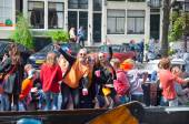 AMSTERDAM-APRIL 27:  King's Day boating, youth have fun on the boats on April 27, 2015 in Amsterdam, the Netherlands. — Stockfoto
